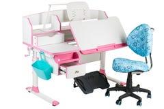 Blauwe stoel, roze schoolbank, blauwe mand, bureaulamp en zwarte steun onder benen Royalty-vrije Stock Fotografie