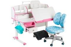 Blauwe stoel, roze schoolbank, blauwe mand, bureaulamp en zwarte steun onder benen Stock Afbeeldingen