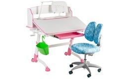 Blauwe stoel, roze schoolbank, groene mand en bureaulamp Royalty-vrije Stock Fotografie