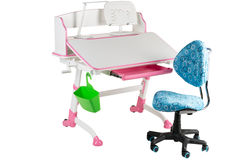 Blauwe stoel, roze schoolbank, groene mand en bureaulamp Stock Fotografie