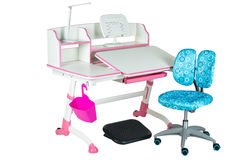 Blauwe stoel, roze schoolbank, roze mand, bureaulamp en zwarte steun onder benen Stock Afbeelding