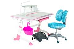Blauwe stoel, roze schoolbank, roze mand, bureaulamp en zwarte steun onder benen Royalty-vrije Stock Afbeeldingen