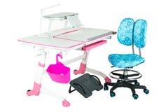 Blauwe stoel, roze schoolbank, roze mand, bureaulamp en zwarte steun onder benen Royalty-vrije Stock Foto