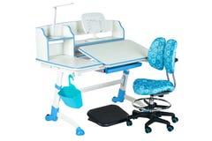 Blauwe stoel, schoolbank, blauwe mand, bureaulamp en zwarte steun onder benen Royalty-vrije Stock Fotografie