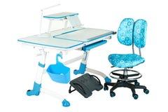 Blauwe stoel, schoolbank, blauwe mand, bureaulamp en zwarte steun onder benen Royalty-vrije Stock Foto