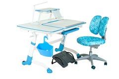 Blauwe stoel, schoolbank, blauwe mand, bureaulamp en zwarte steun onder benen Stock Foto's