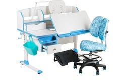 Blauwe stoel, schoolbank, blauwe mand, bureaulamp en zwarte steun onder benen Stock Afbeeldingen