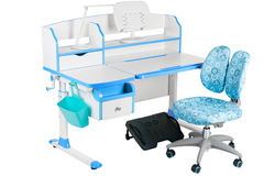 Blauwe stoel, schoolbank, blauwe mand, bureaulamp en zwarte steun onder benen Stock Foto
