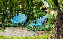 Blauwe stoel in tuin royalty-vrije stock foto