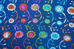Blauwe stoffentextuur met bloemenborduurwerk en lovertjes royalty-vrije stock afbeelding