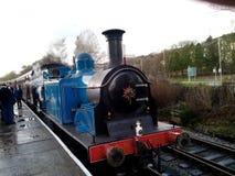 Blauwe Stoomlocomotief op de spoorweg van Lancashire van het oosten stock afbeeldingen
