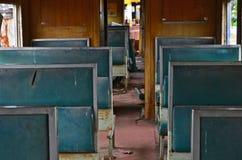 Blauwe stootkussens en rugleuning van zetels in oud compartiment stock foto's