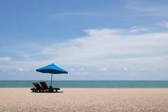 Blauwe strandparaplu royalty-vrije stock afbeelding