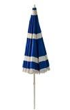 Blauwe strandparaplu die op wit wordt geïsoleerd Royalty-vrije Stock Fotografie
