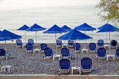 Blauwe strandparaplu's Royalty-vrije Stock Fotografie