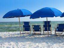 Blauwe strandparaplu's Stock Afbeeldingen
