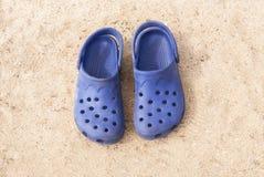 Blauwe strandschoenen Stock Fotografie