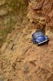 Blauwe stuk speelgoed auto op berg Stock Foto's
