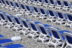 Blauwe sunbeds op kiezelsteenstrand Royalty-vrije Stock Fotografie