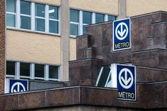 Blauwe Tekens die op een metropost met zijn distinctief die embleem op het metro van Montreal systeem wijzen, door STM wordt behe stock foto