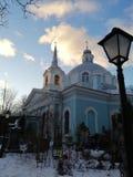 Blauwe tempel en straatlantaarn stock foto's