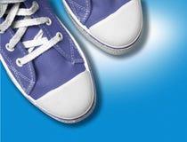 Blauwe tennisschoenen Stock Fotografie