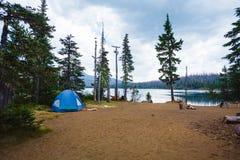 Blauwe Tent bij Groot Meerkampeerterrein stock foto