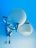 Blauwe texturized muur met witte lamp Stock Foto