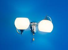 Blauwe texturized muur met witte lamp Royalty-vrije Stock Foto