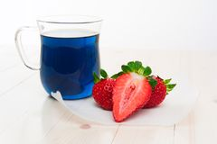 Blauwe Thaise thee en aardbeien Royalty-vrije Stock Foto's