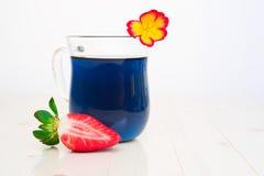 Blauwe Thaise thee en aardbeien Royalty-vrije Stock Fotografie