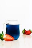 Blauwe Thaise thee en aardbeien Stock Foto's