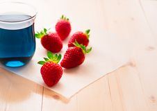 Blauwe Thaise thee en aardbeien Stock Afbeeldingen