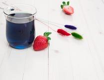 Blauwe Thaise thee met aardbeien en geschilderd droog Royalty-vrije Stock Afbeeldingen