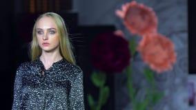 Blauwe tint en flits van fotograaf Het manierpodium, vrouwelijke hoogste modelvrouwenmeisjes in modieuze kleding van ontwerper he stock video
