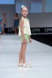 Blauwe tint en flits van fotograaf Jonge geitjes, meisje op podium Royalty-vrije Stock Afbeelding