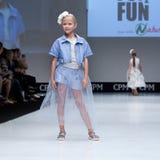 Blauwe tint en flits van fotograaf Jonge geitjes, meisje op podium Stock Foto's