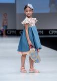 Blauwe tint en flits van fotograaf Jonge geitjes, meisje op podium Stock Afbeelding
