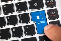 Blauwe toetsenbordsleutel met gelijkaardige knoop en duimen op pictogram Stock Foto's