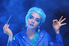 Blauwe Tone Fashion Scientist in Donker ruimtelaboratorium met hulpmiddelen l royalty-vrije stock afbeeldingen