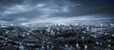 Blauwe toonstad scape en netwerkverbinding stock afbeeldingen