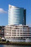 Blauwe Toren achter Modern Wit Hotel Royalty-vrije Stock Foto's