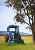 Blauwe tractor royalty-vrije stock fotografie