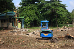Blauwe tractor bij bouwwerf Royalty-vrije Stock Foto