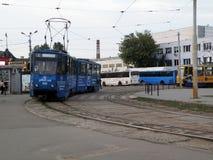 Blauwe tram in de stad royalty-vrije stock afbeelding