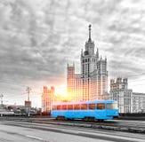 Blauwe Tram in het Stadscentrum van Moskou bij Zonsopgang, Oude Blauwe Tram in Moskou, Rusland royalty-vrije stock foto