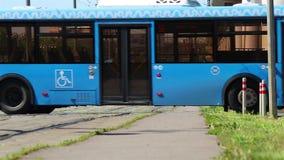 Blauwe trams in Moskou stock footage