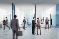 Blauwe transparante bureauzaal, mensen Stock Afbeelding