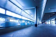 Blauwe trein bij metro stock foto's