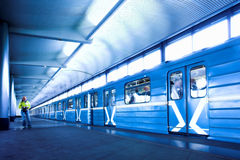 Blauwe trein bij metro Stock Afbeelding